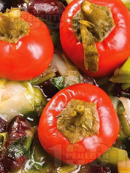 Печен сварен кафяв боб с праз лук и маслини - снимка на рецептата